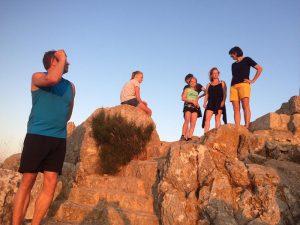 Gruppe von Menschen auf Felsen