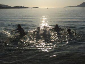 Kinder beim Plantschen im Meer