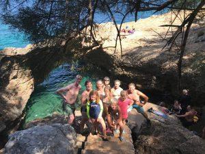 Gruppe am Strand auf den Felsen