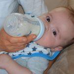 Baby beim Füttern mit der Flasche
