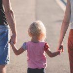 Familie, die sich an den Händen hält