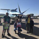 Teilnehmer*innen beim Flug über die Alpen