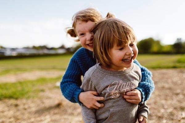 Beste Freunde spielen im Freien